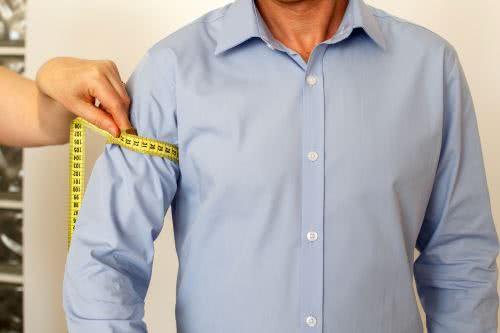 men measures upper arm