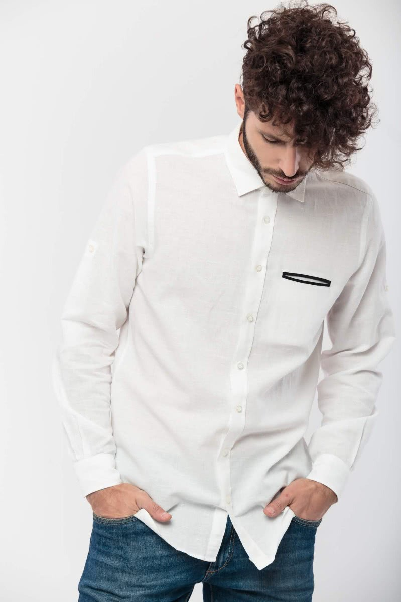 Slim fitted shirt with long sleeves, in a white100% linen fabric, with sleeve belts and a black welt pocket.