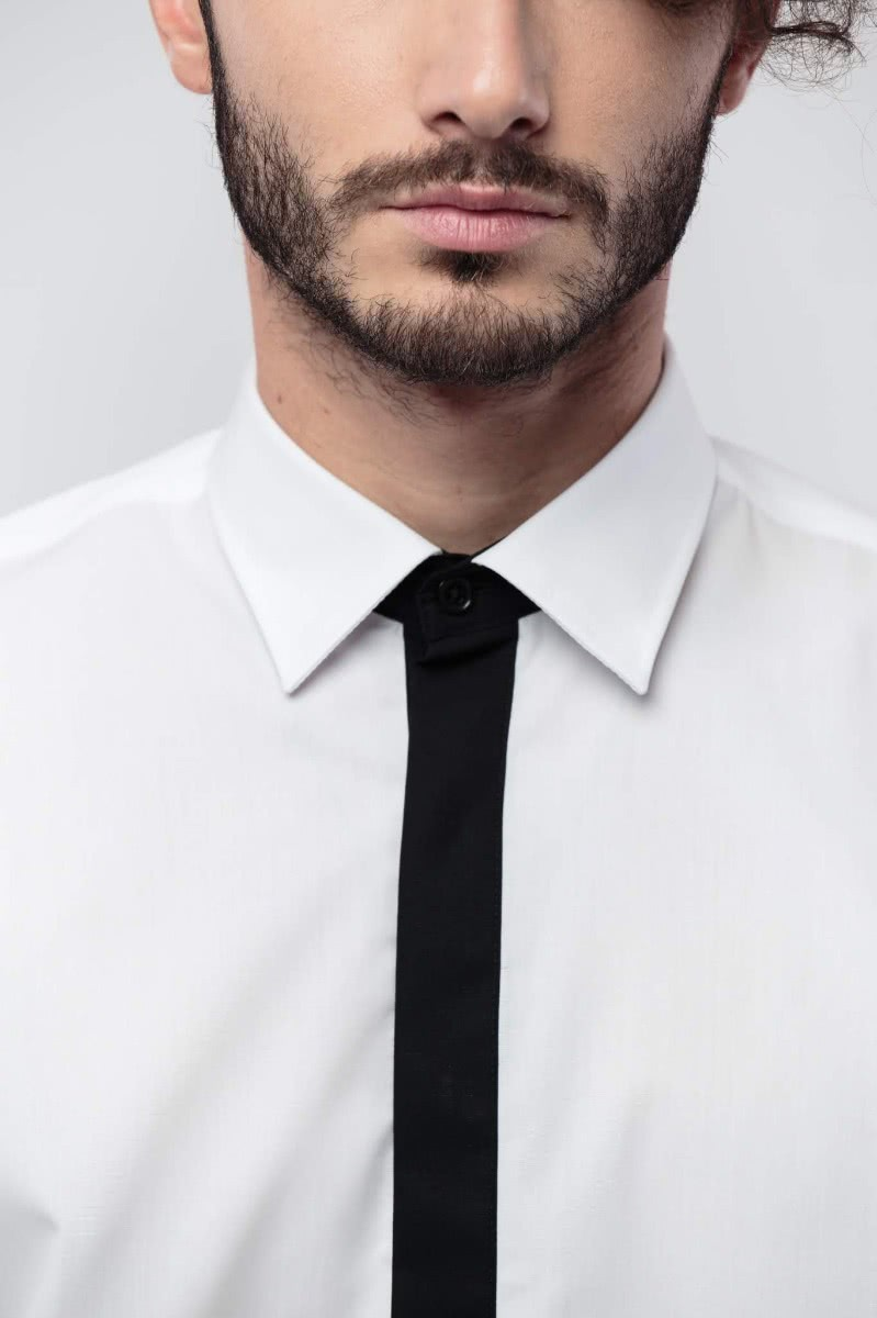 Regular fitted shirt, with long sleeves. The tip of the collar and the button placket are in a black contrast fabric. The shirt is 100% cotton.