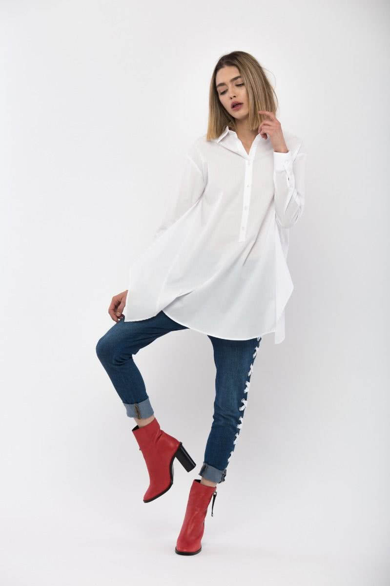 White asymmetrical blouse (100% cotton), with shortened back and crimpy placket in the back.